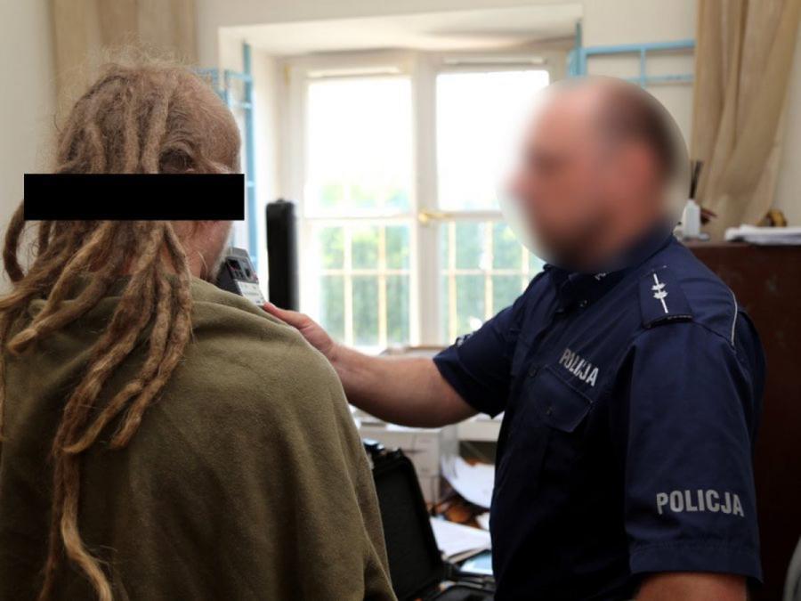 Na zdjęciu archiwalnym udostępnionym przez policję 25 maja 2016 r. policjant sprawdza stan trzeźwości jednego z zatrzymanych