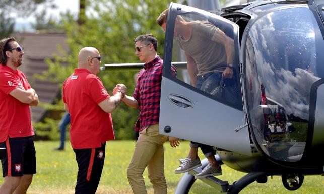 Euro 2016: Lewandowski wylądował w Arłamowie. Gwiazdor Bayernu przyleciał helikopterem