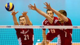 Rafał Buszek (L) i Karol Kłos (P) blokują piłkę w trakcie meczu Polska - Wenezuela