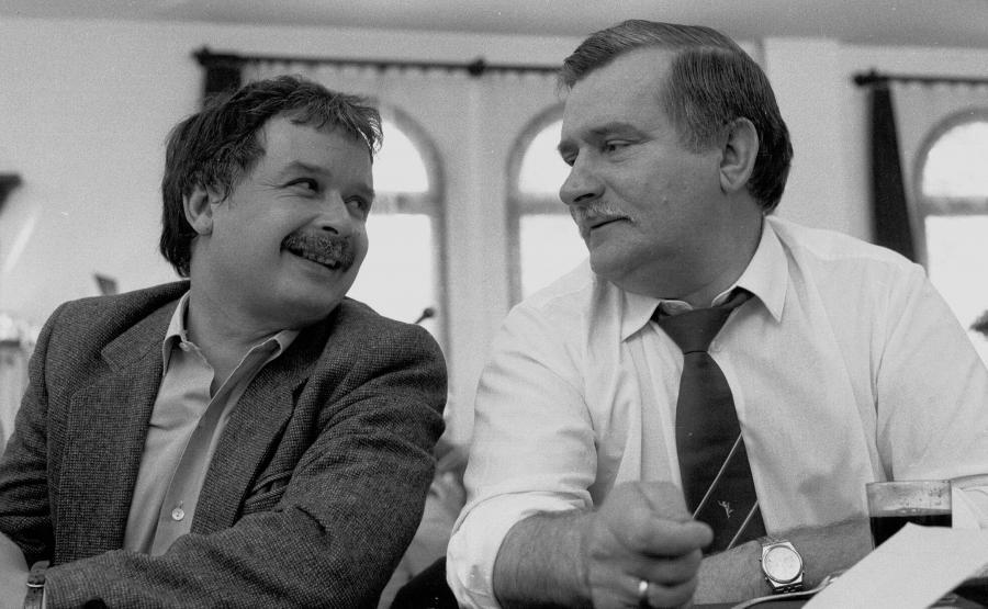 Lech Kaczyński i Lech Wałęsa w sali BHP w Stoczni Gdańskiej. Rok 1990