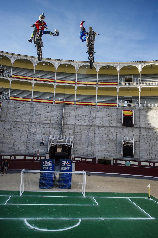 W Hiszpanii w piłkę grają nawet na motorach