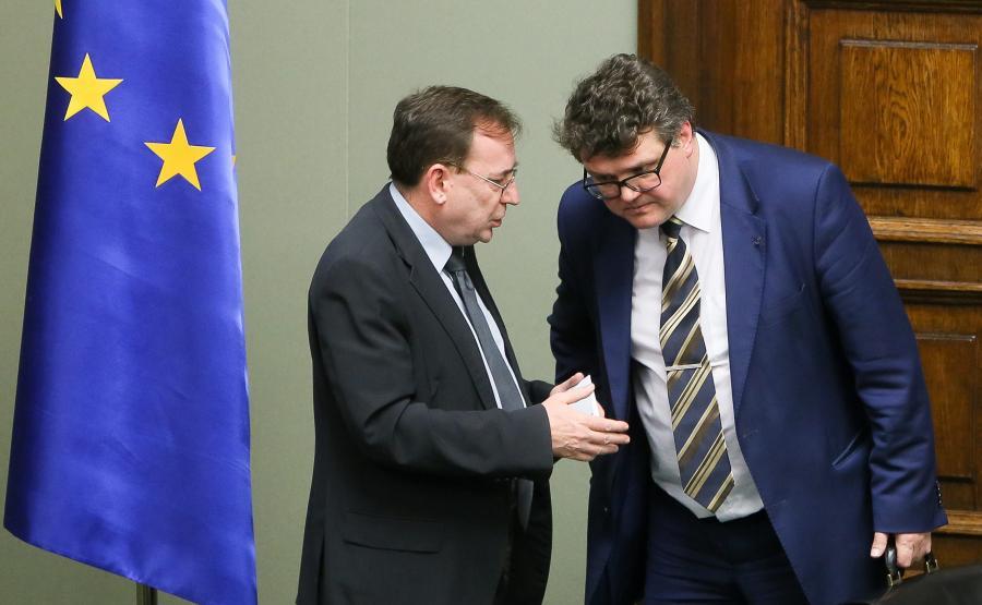 Minister w KPRM, koordynator służb specjalnych Mariusz Kamiński (L) i podsekretarz stanu w Kancelarii Premiera Maciej Wąsik (P) podczas posiedzenia Sejmu