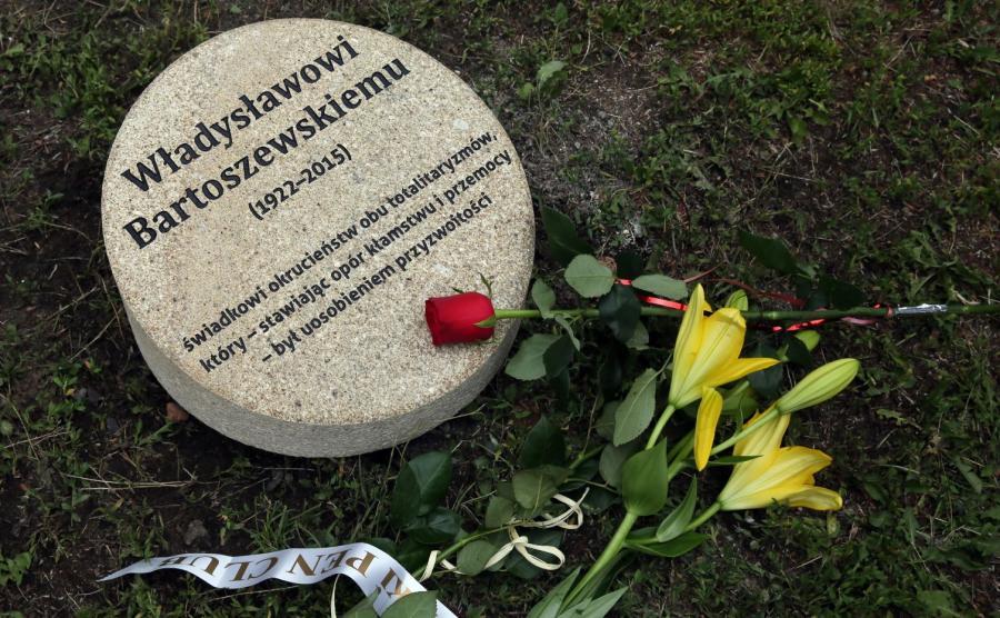 Kamień poświęcony Władysławowi Bartoszewskiemu