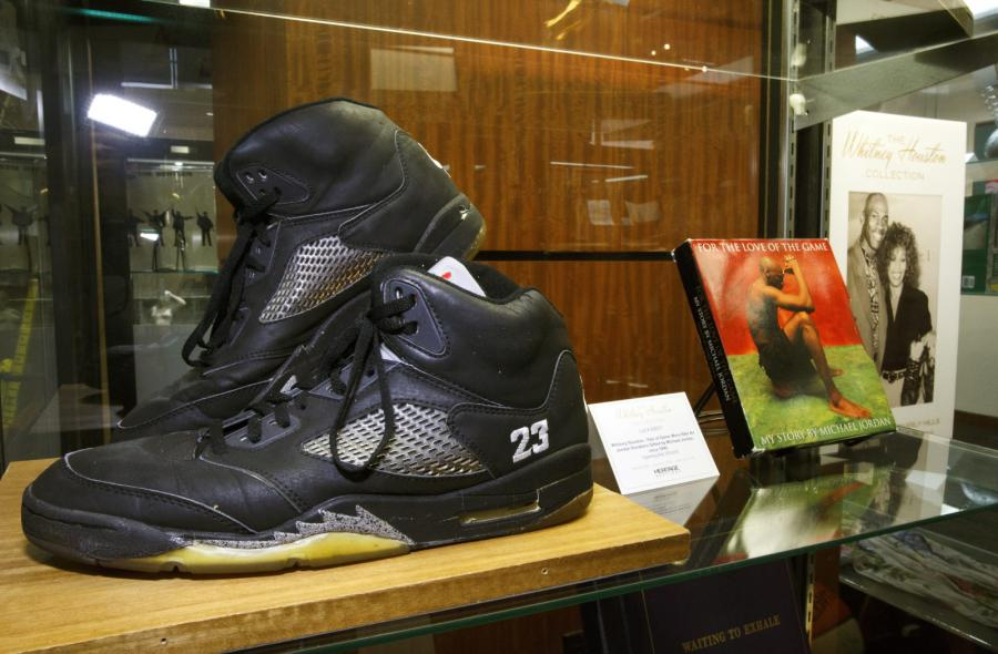 Buty Whitney Houston z kolekcji sygnowanej przez Michaela Jordana i podarowane artystce przez słynnego koszykarza