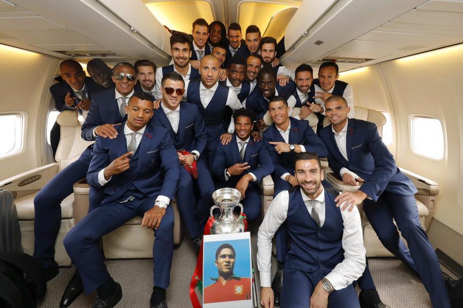 Portugalczycy na pokładzie samolotu, którym wracają do kraju