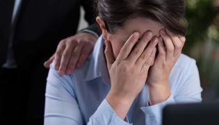Kobieta płacze przy komputerze