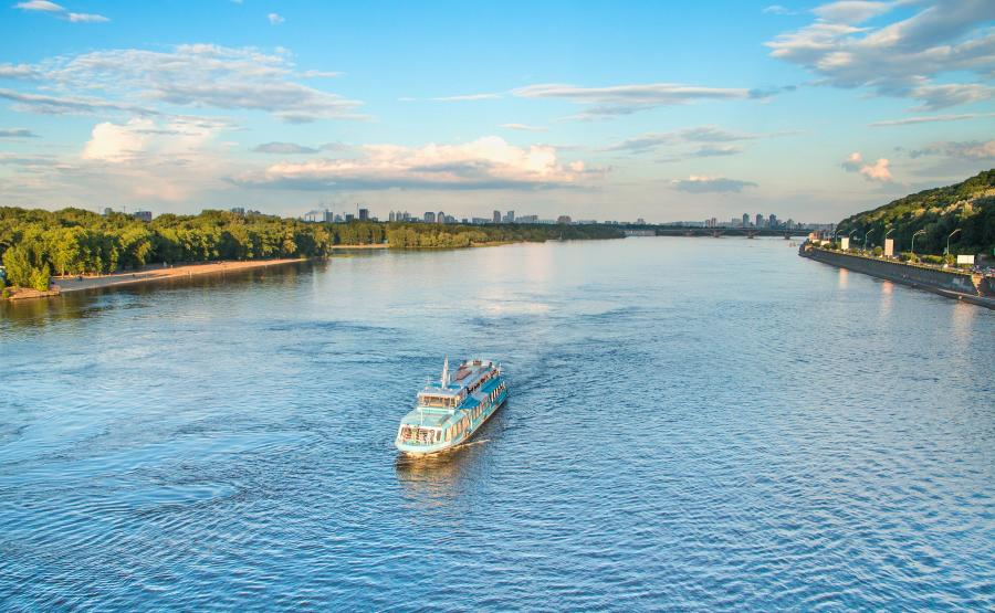 Kijów. Barka wycieczkowa płynie Dnieprem