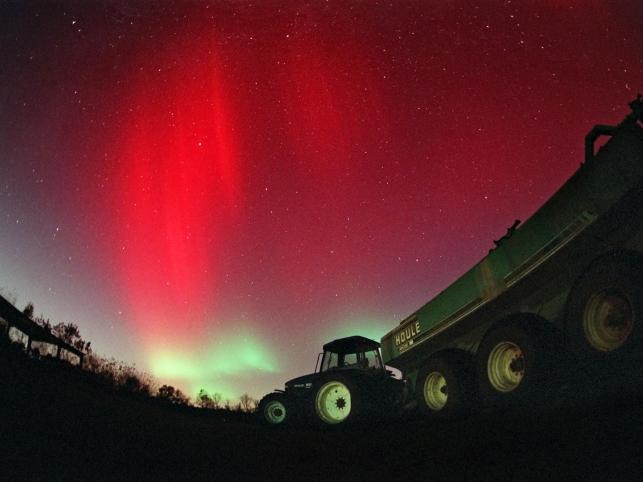 Zorza polarna wytwarzają cząsteczki wiatru słonecznego docierające do wyższych warstw atmosfery