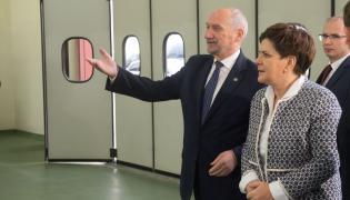 Premier Beata Szydło (L) i minister obrony narodowej Antoni Macierewicz (C) podczas wizyty w Wojskowych Zakładach Lotniczych Nr 1 w Łodzi,