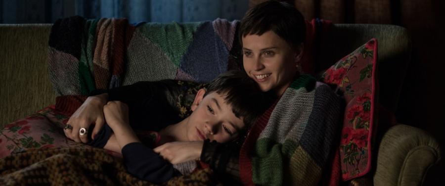 """Felicity Jones oraz Lewis MacDougall w filmie """"Siedem minut po północy"""". Premiera 25 grudnia"""