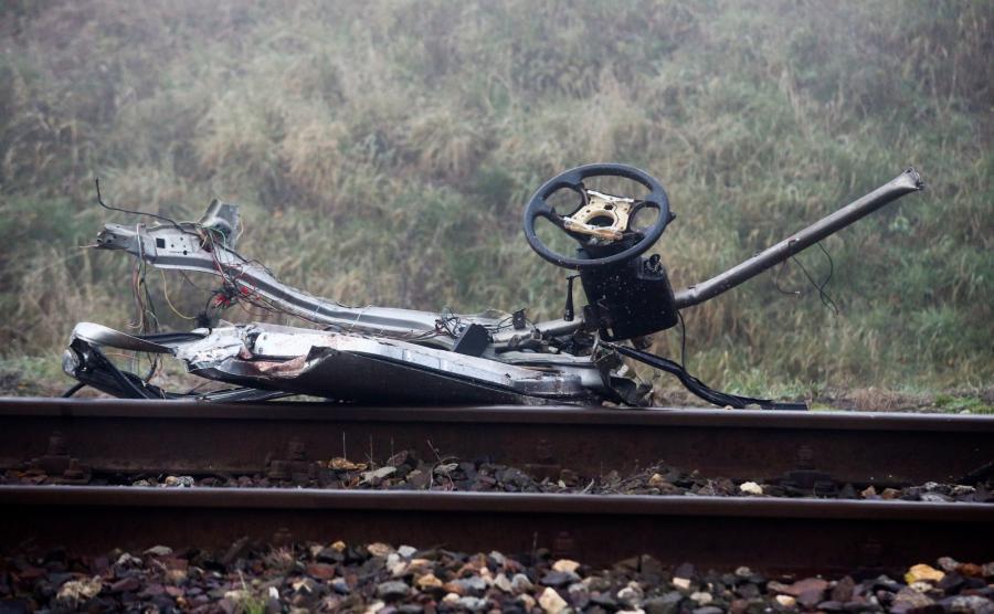 Na przejeździe kolejowym auto wjechało pod pociąg