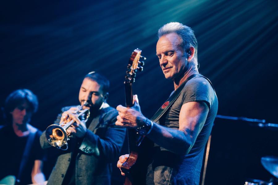 W rok po ataku terrorystycznym na klub Bataclan Sting zagrał koncert-hołd dla ofiar wydarzeń z 13 listopada 2015 roku
