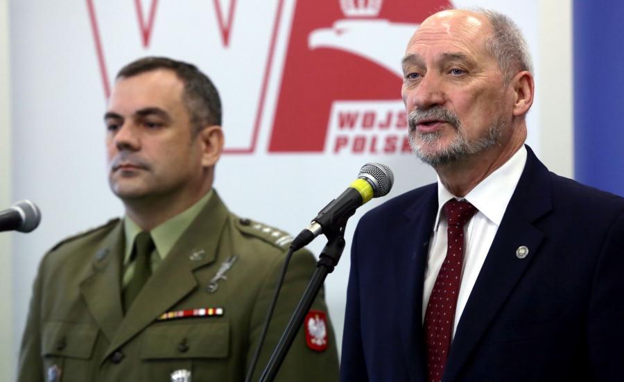 Minister obrony narodowej Antoni Macierewicz (P) i dowódca Wojsk Obrony Terytorialnej płk Wiesław Kukuła (L)