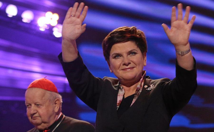 Premier Beata Szydło (P) oraz metropolita krakowski, kardynał Stanisław Dziwisz (L) przemawiają po koncercie \