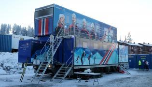 Ciężarówka serwisowa reprezentacji Norwegii zaparkowana w fińskim Ruka, gdzie rozpoczynie się Puchar Świata w biegach narciarskich