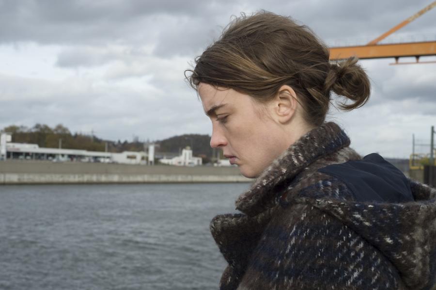 """""""Nieznajoma dziewczyna"""". Produkcja francusko-belgijska w kinach od 9 grudnia. Reżyseria Jean-Pierre Dardenne oraz Luc Dardenne. W roli głównej Adèle Haenel"""