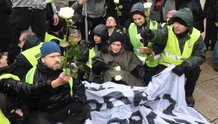 Obywatele RP próbują blokować miejsce, gdzie organizowana jest miesięcznica smoleńska