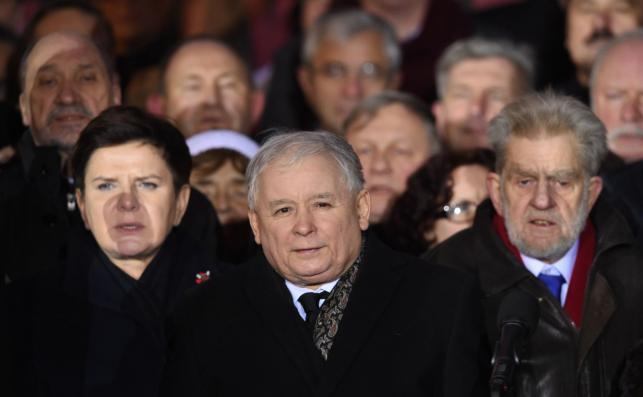 Prezes PiS Jarosław Kaczyński, premier Beata Szydło i działacz opozycyjny Andrzej Gwiazda podczas zgromadzenia zorganizowanego przez PiS przy pomniku Wincentego Witosa na placu Trzech Krzyży w Warszawie