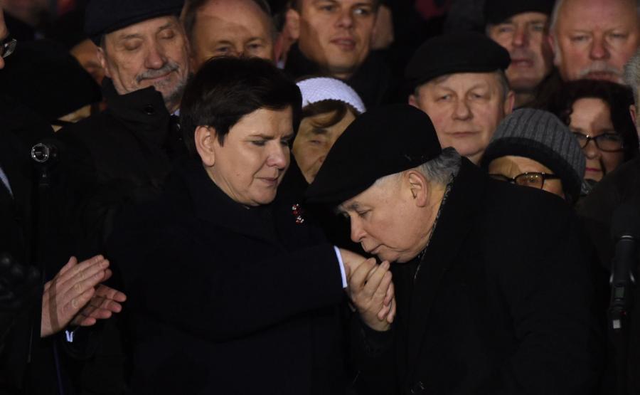 Prezes PiS Jarosław Kaczyński i premier Beata Szydło podczas zgromadzenia zorganizowanego przez PiS przy pomniku Wincentego Witosa na placu Trzech Krzyży w Warszawie
