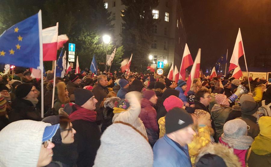 Protest Komitetu Obrony Demokracji zorganizowany przed Sejmem