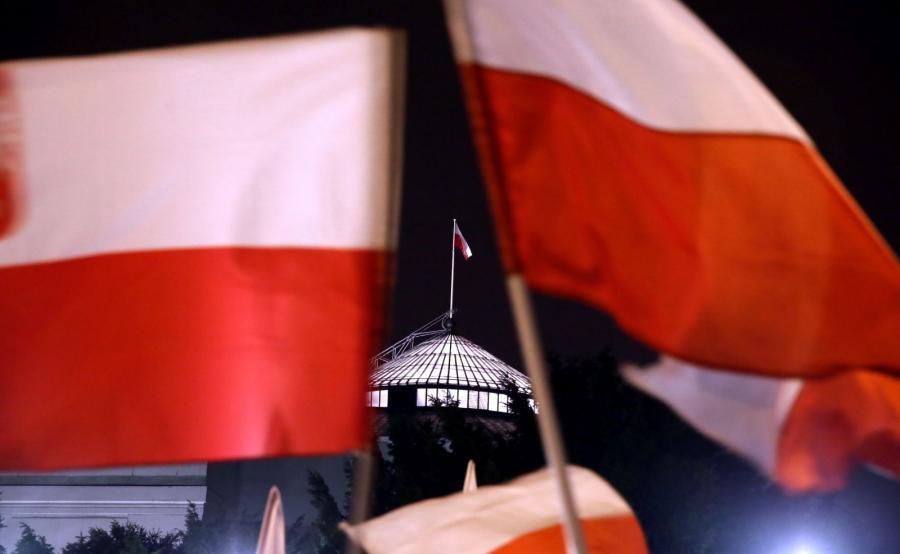 Biało-czerwone flagi na manifestacji przed Sejmem