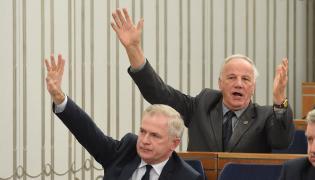 Senatorowie PO Jan Rulewski (góra) i Sławomir Rybicki (dół) podczas posiedzenia Senatu