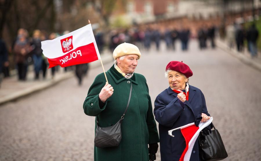 Dwie starsze panie z flagami Polski