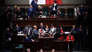 Posłowie opozycji na zamkniętej sali plenarnej Sejmu