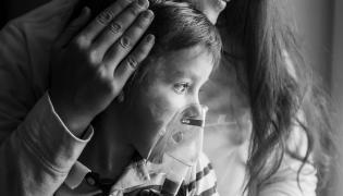 Dziecko z inhalatorem