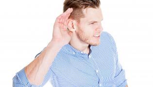 Mężczyzna ma problem ze słuchem