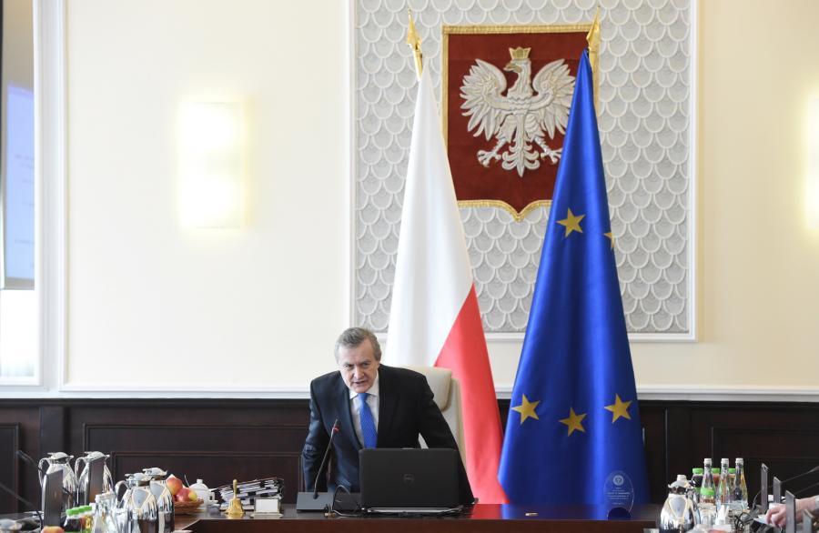 Wicepremier Piotr Gliński na fotelu premier Beaty Szydło