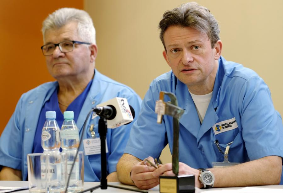 Prezes zabrzańskiego szpitala miejskiego dr n. med. MARIUSZ WÓJTOWICZ (z prawej) i ordynator oddziału chirurgii urazowo-ortopedycznej MAREK HAWRANEK (po lewej)