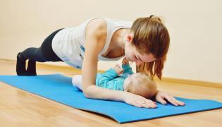 Mama ćwiczy z niemowlakiem