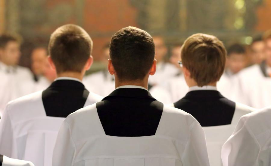 Klerycy w czasie mszy