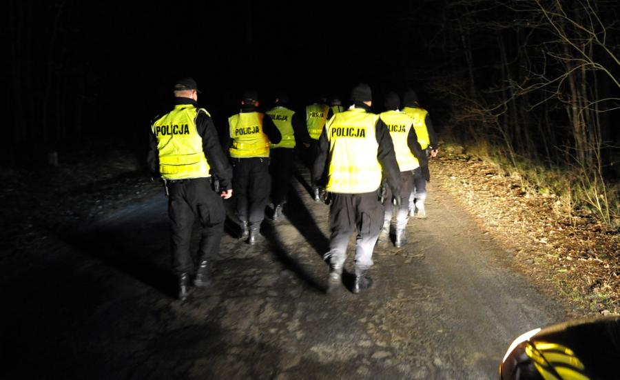 Policyjna obława na porywaczy, w lesie między Czermnicą a Trzechelem