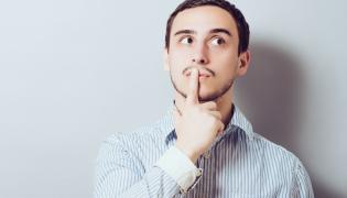 Mężczyzna zasłania usta